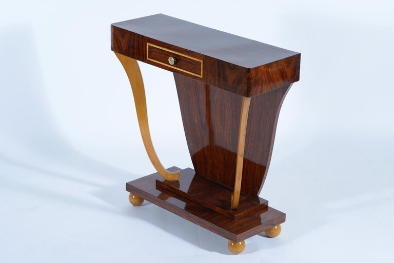 Italian 1930s console in walnut and maples teh with drawer is supported by two curly solid maple legs.