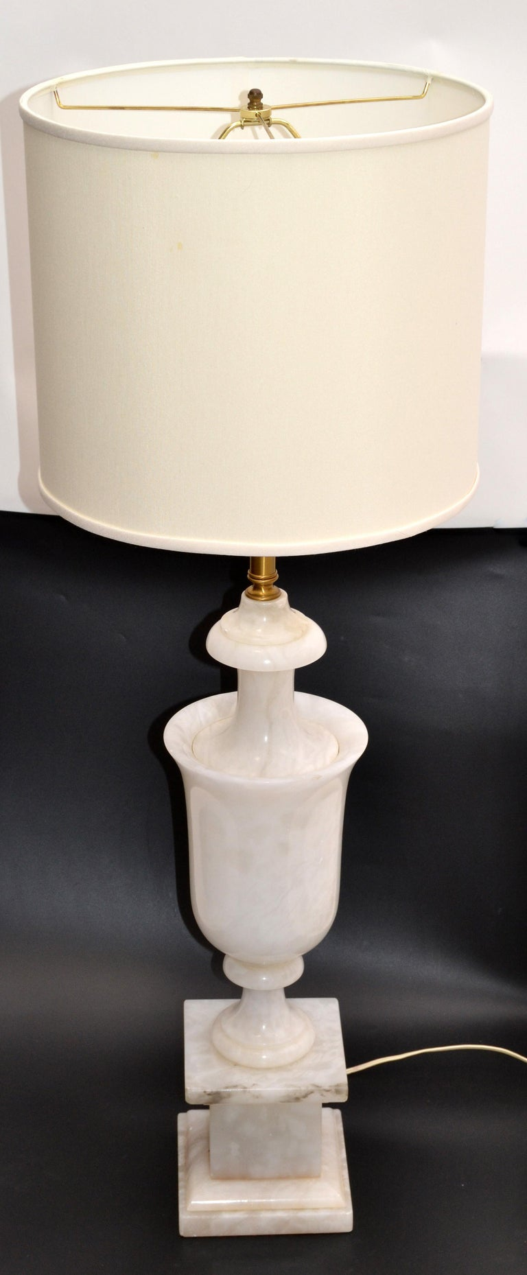 Art Deco Italian White Carrara Marble Hand Carved Table Lamp In Good Condition For Sale In Miami, FL