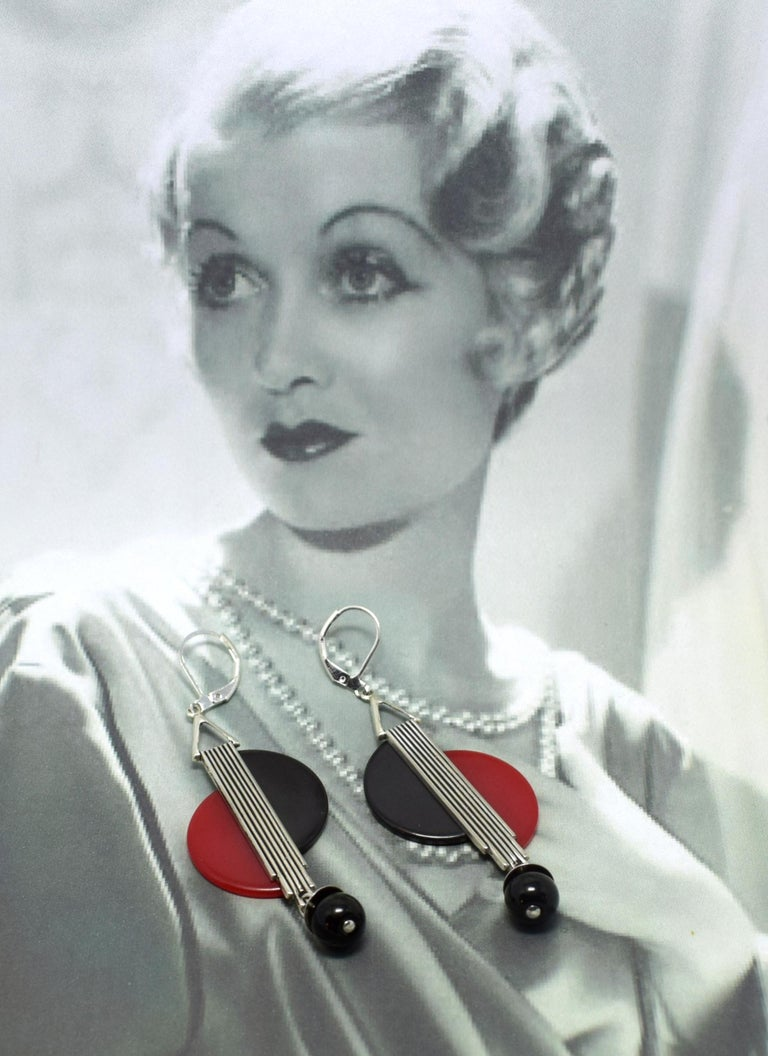Beautiful piece of jewellery dating to the 1930's are these modernist pair of drop earrings. As one of the leading manufacturers of jewellery European Art Deco produced in the 20's and 30's very innovative and individual pieces of jewellery,