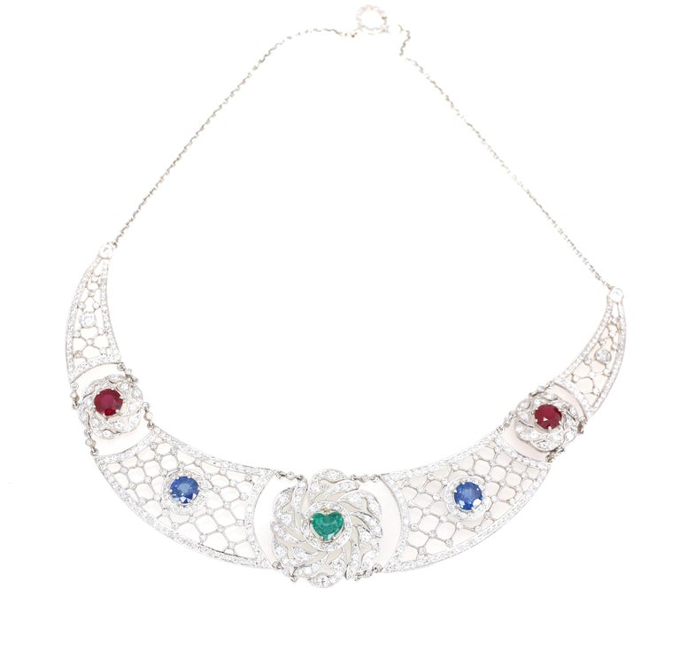 Art Deco Platinum Necklace Heart-Shaped Emerald Sapphires Rubies Diamond In Good Condition For Sale In Herzelia, IL
