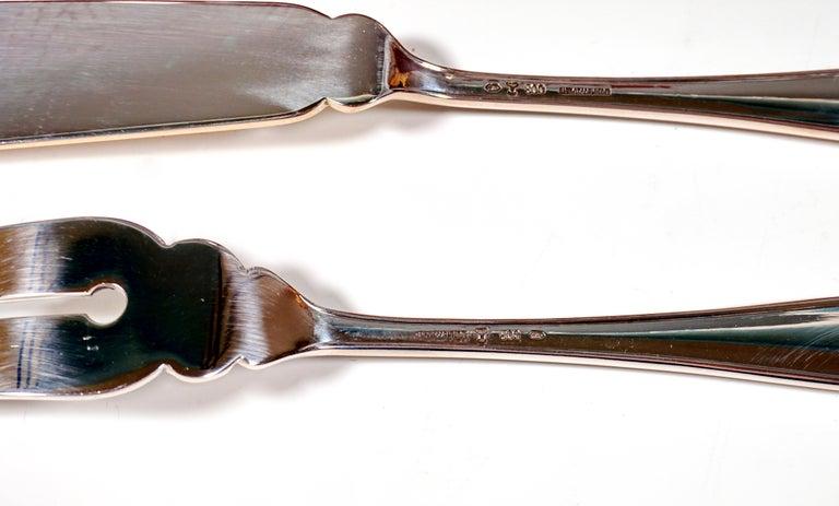 Art Deco Silver Fish Cutlery Set in Showcase, by Jarosinski & Vaugoin, Vienna In Good Condition For Sale In Vienna, AT