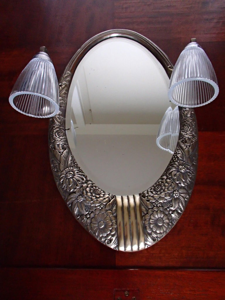 Art Deco Small Floral Brass Wall Mirror with Pair of Lights In Good Condition For Sale In Zurich, CH