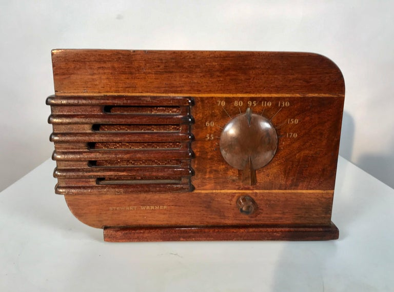 Art Deco streamline tabletop radio by Stewart Warner, Classic 1930s style and design. Bakelite dial tuner and on/off switch, light up station indicator.
