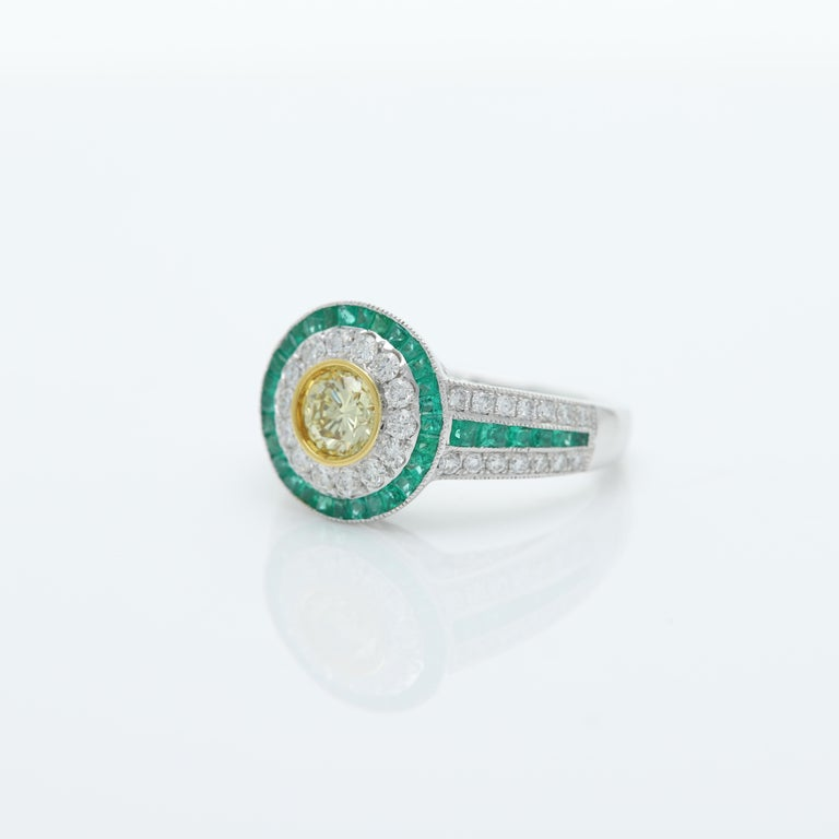 Round Cut Art Deco Style Ring Emerald and Diamonds 18 Karat White Gold and Yellow Diamond For Sale