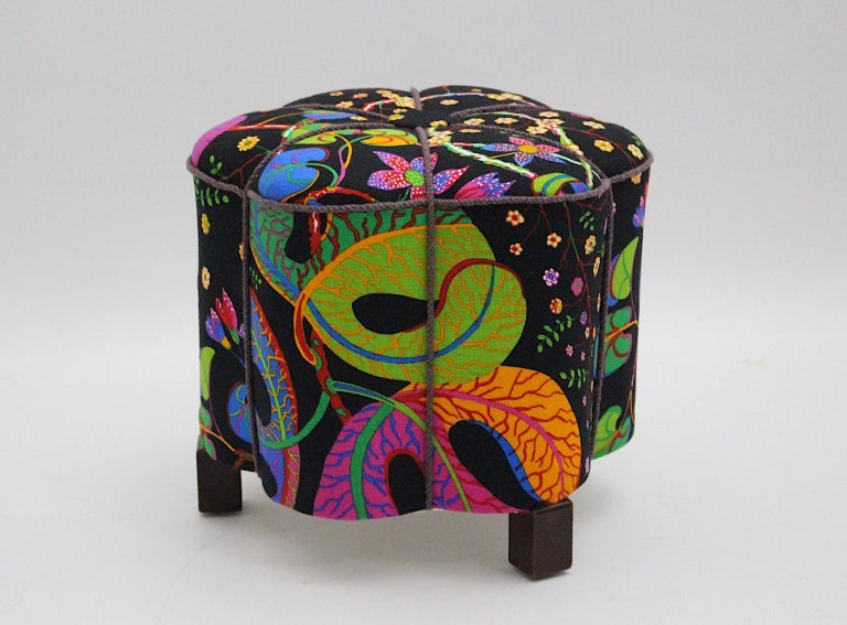 This amazing curved Art Deco vintage stool or pouf consists of a spruce base, beechwood feet and a renewed upholstery.