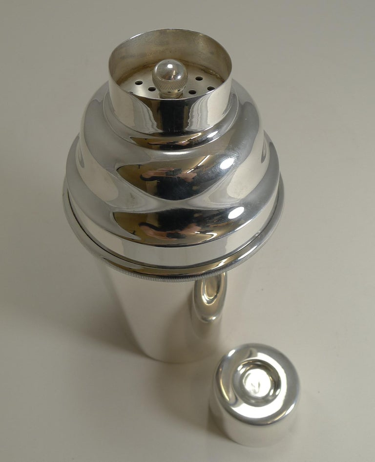Art Deco Vintage Silver Plated Cocktail Shaker by Mappin and Webb, Ice Breaker In Good Condition For Sale In London, GB