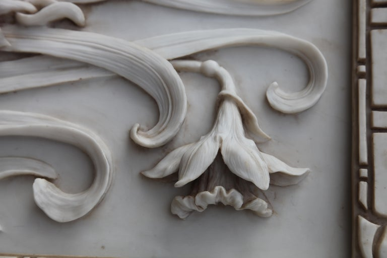Art Nouveau 3-D Alabaster Sculptural Panel with Foliage and Daffodils / Jonquils In Good Condition For Sale In Verviers, BE