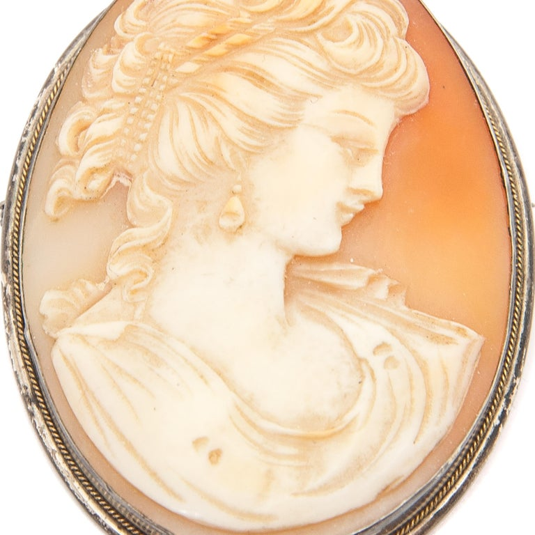 Shell Cameo Silver Oval Pendant Brooch In Good Condition For Sale In Rotterdam, NL