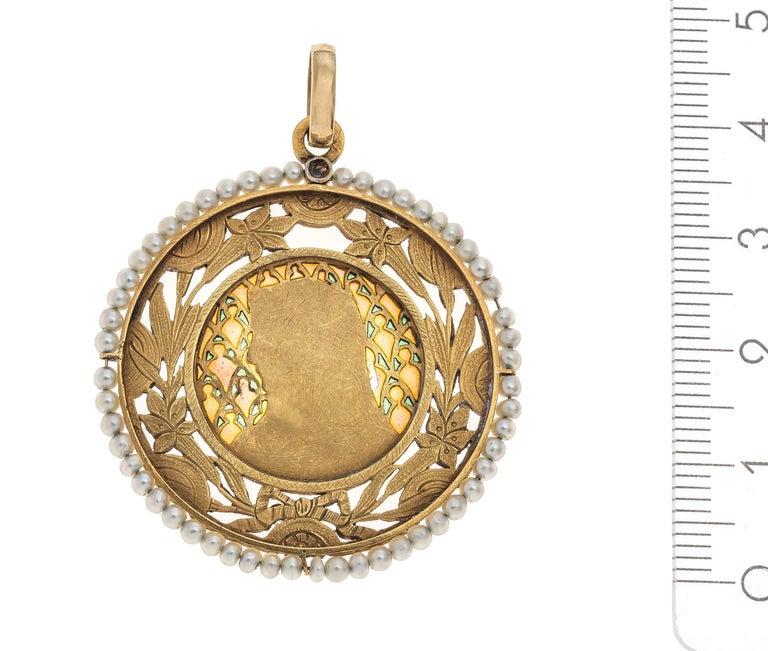 Round Cut Art Nouveau Virgin Mary Pendant Plique À Jour Enamel 18 Karat Gold Pearls France For Sale
