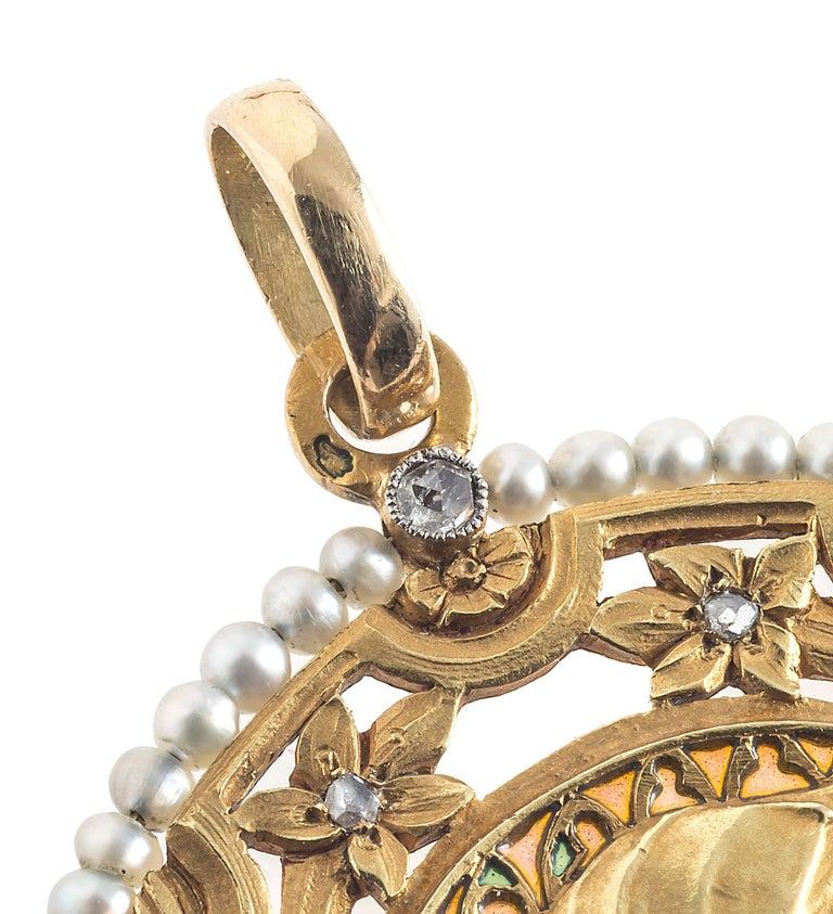 Art Nouveau Virgin Mary Pendant Plique À Jour Enamel 18 Karat Gold Pearls France In Good Condition For Sale In Munich, Bavaria