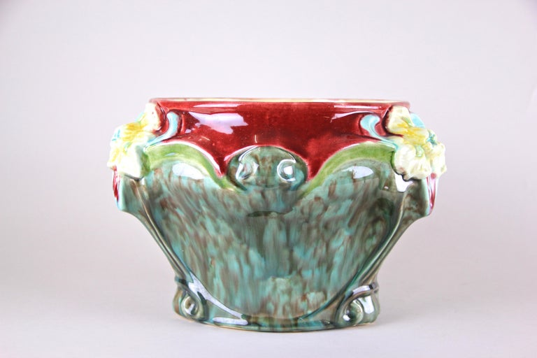 Art Nouveau Majolica Cachepot Hand-Painted, France, circa 1910 In Good Condition For Sale In Lichtenberg, AT