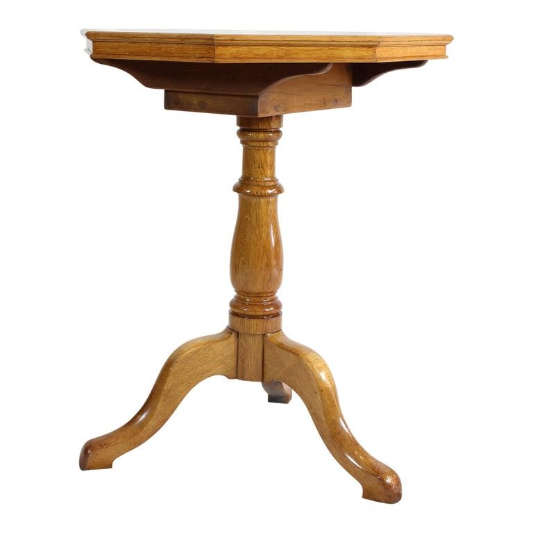The chess table dates from the early 20th century or the Art Nouveau period. The table consists of a central base with three arms, on which sits a small cassette on which the chess plate sits. The cassette can be turned including the table top and