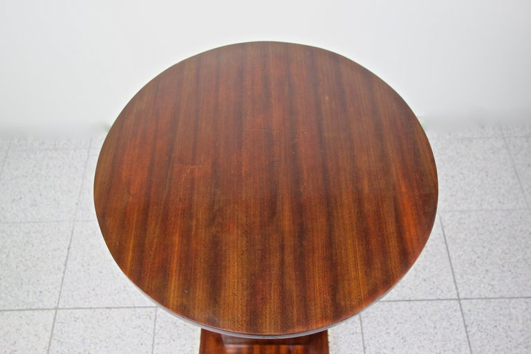 Austrian Art Nouveau Round Mahogany Coffee Table Early 20th Century, Austria, circa 1910 For Sale