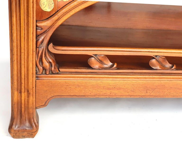 Art Nouveau sideboard in walnut, in the style of Eugène Gaillard, 1900s.  Fluted feet, broadened to the lower end. Profiled frame with small apron. Open lower compartment, with ornamental gallery with floral ornamentation. The compartment is