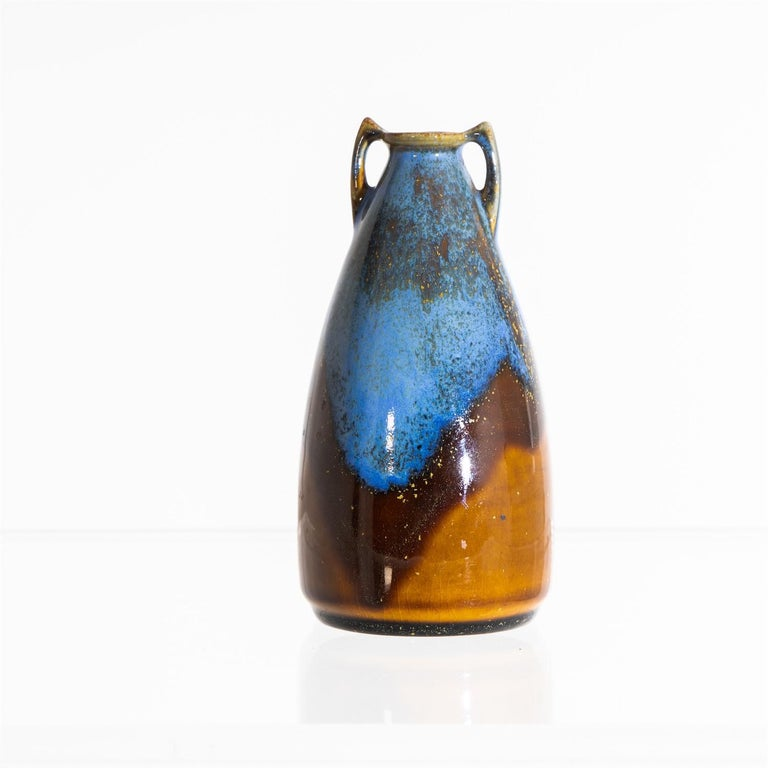 Small vase with smooth walls and handles in shades of blue and brown. On the bottom stamped EL with crown (= Grand Duke Ernst Ludwig) as well as Großherzogliche Keramik Manufaktur Darmstadt.