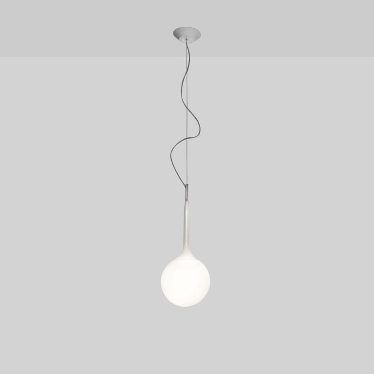A spherical-shaped diffuser hand blown in opaque white glass is enhanced by a removable tapering stem which emits a soft glow. The stem is made of steel with tubing covered in polycarbonate sleeve. Available in table, floor and suspension with 2