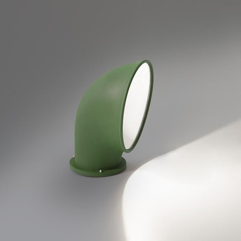 Designed to illuminate pathways, Piroscafo peers up from the earth to shine light on your path. Available in rust, green and anthracite grey triple-layered anti-oxidized finishes with a shock-resistant polycarbonate screen and power-conserving