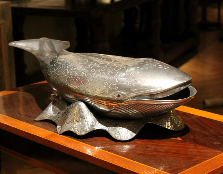 This large Mid-Century Modern (1979) cast aluminum Arthur Court Whale fish serving tray, ice bucket, or vine cooler will be the conversation piece at your next dinner party! Carefully crafted - casted and embossed in silvered metal- and incredible