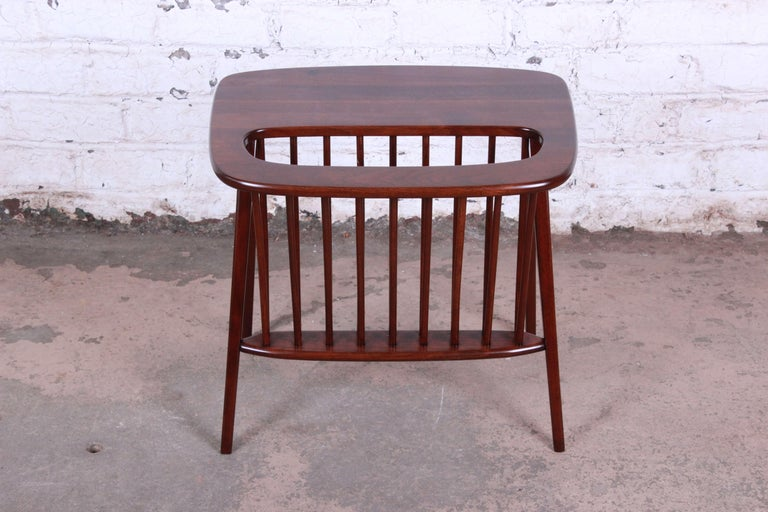 Arthur Umanoff Mid-Century Modern Walnut Magazine Rack Side Table In Good Condition For Sale In South Bend, IN