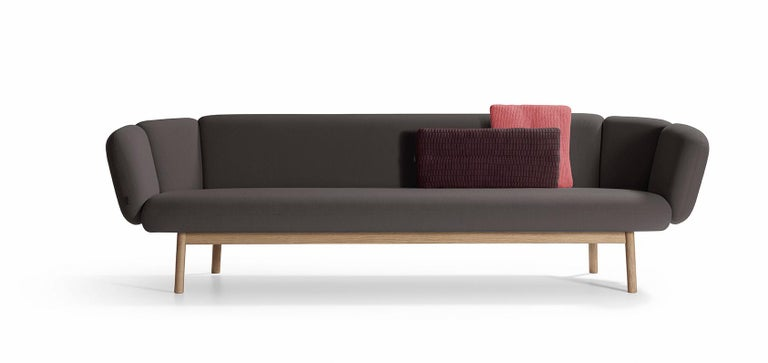 The Bras invites you to make yourself comfortable, and embraces you. Reclining and taking it easy, or sitting cosily in a corner, enjoy the relaxation and comfort offered by this beautiful, sleek sofa. One striking feature of the Bras is its unique