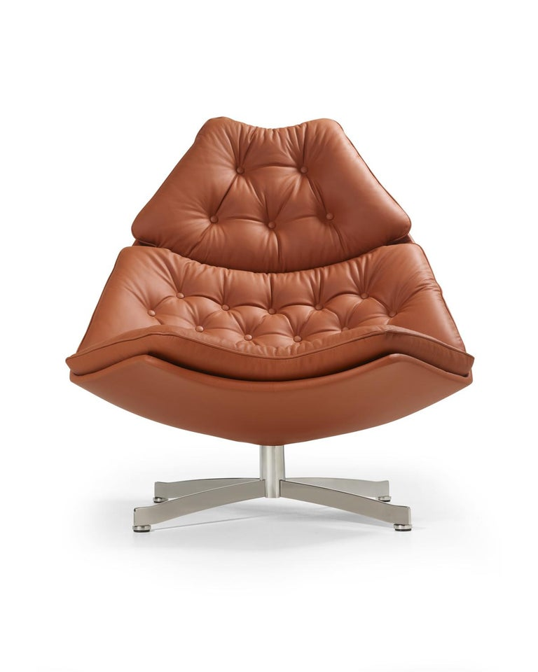We cherish an armchair with such a clear Artifort signature as the F500 series. Such a classic armchair is part of our collection and is therefore still available in many variants. The F587 and F588 armchair has a special appearance due to its