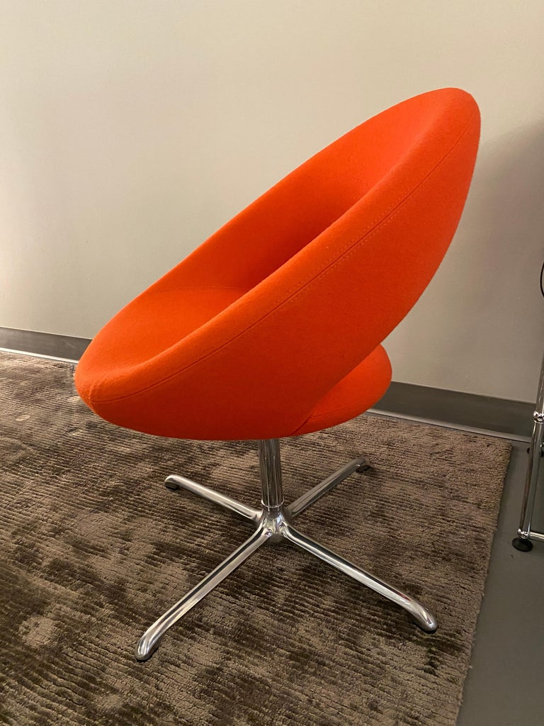 A contemporary, luxurious design. Elegant and comfortable. For meeting rooms and dining rooms. The rounded, well-fitted back makes the chair comfortable as active seating or in a more relaxed position.  Cross base swivel w auto return mechanism