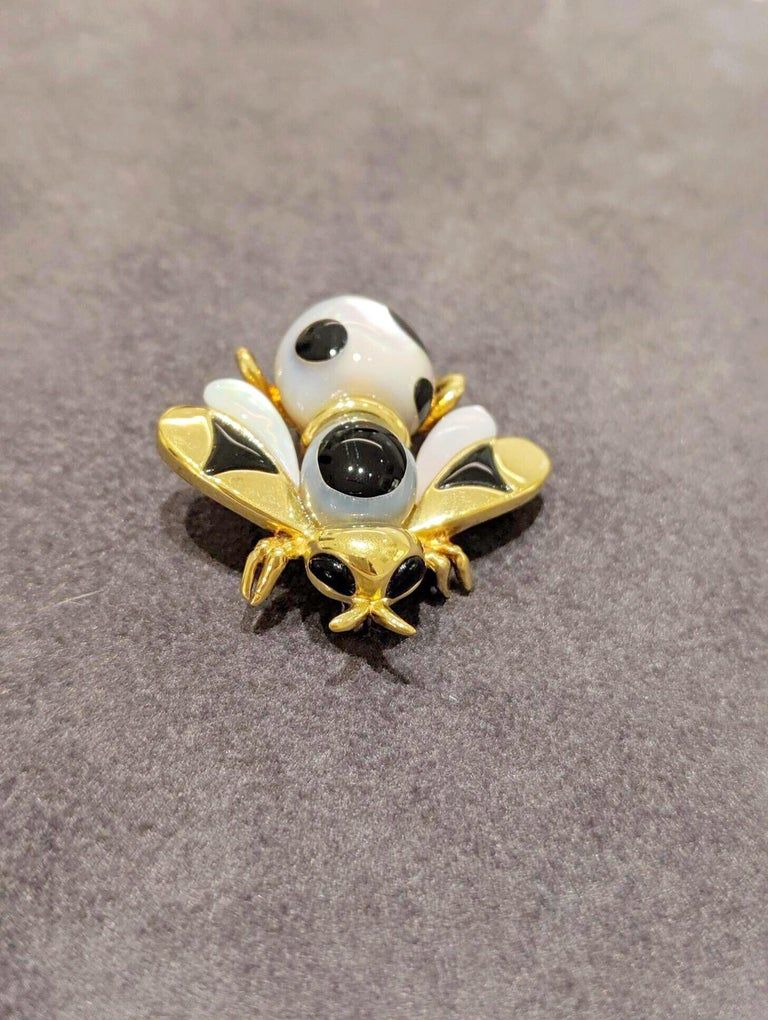 Asch Grossbardt 18 Karat Yellow Gold Bee Brooch with Onyx and Mother of Pearl In New Condition For Sale In New York, NY