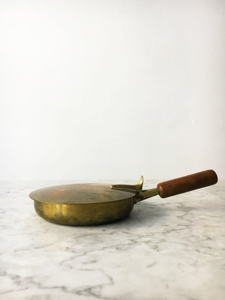 Vintage ashtray silent butler Model 3709 designed and made at the Werkstätte Carl Auböck. Patinated brass with a solid walnut handle. In excellent condition with just the right amount of lovely gently aged patina. Signed Auböck, Made in Austria.