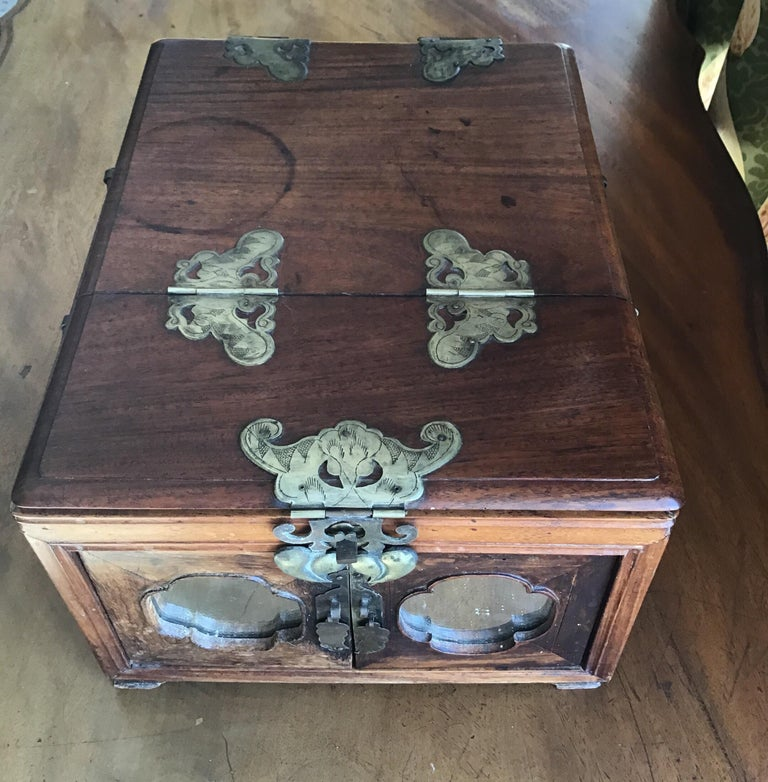 Asian Traveling Makeup/Jewelry Box In Good Condition For Sale In Douglas Manor, NY
