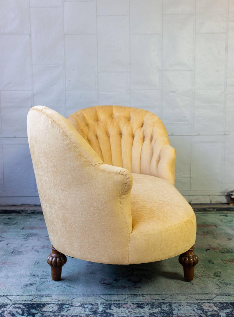 Asymmetrical French 19th Century Settee with Tufted Curved Back For Sale 1