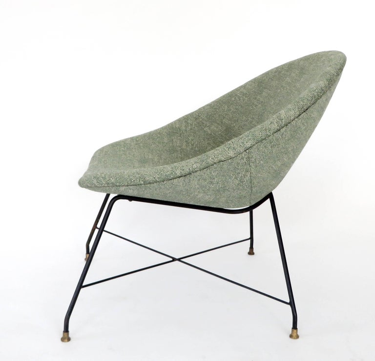 A pair of lounge chairs designed by Augusto Bozzi for Saporiti Italia, Italy, 1954. These chairs have a black lacquered metal wire frame with solid brass feet. The chairs are newly upholstered in a grass green linen and are in excellent condition.