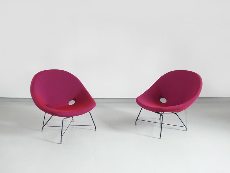 Perfectly upholstered in Raspberry fabric, pair of Cosmos lounge chairs designed by Augusto Bozzi for Saporiti Italia, Italy 1954. The black coated metal wire frames with solid brass feet give the chairs an elegant and delicate appearance. The
