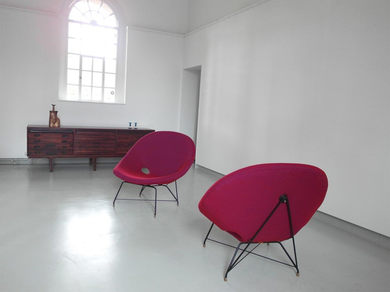Pair of Cosmos Chairs in Ruby red/ Raspberry red by Augusto Bozzi for Saporiti In Excellent Condition For Sale In Woudrichem, NL