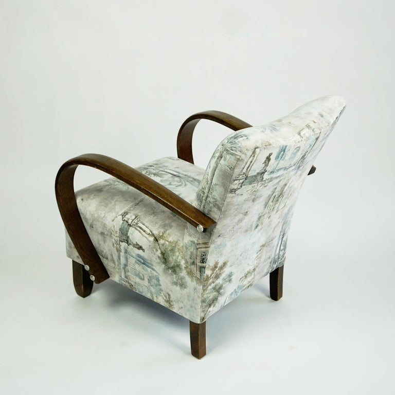 Austrian Art Deco Beechwood Armchair with Renewed White and Light Grey Velvet In Good Condition For Sale In Vienna, AT