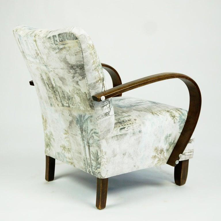 Austrian Art Deco Beechwood Armchair with Renewed White and Light Grey Velvet For Sale 1