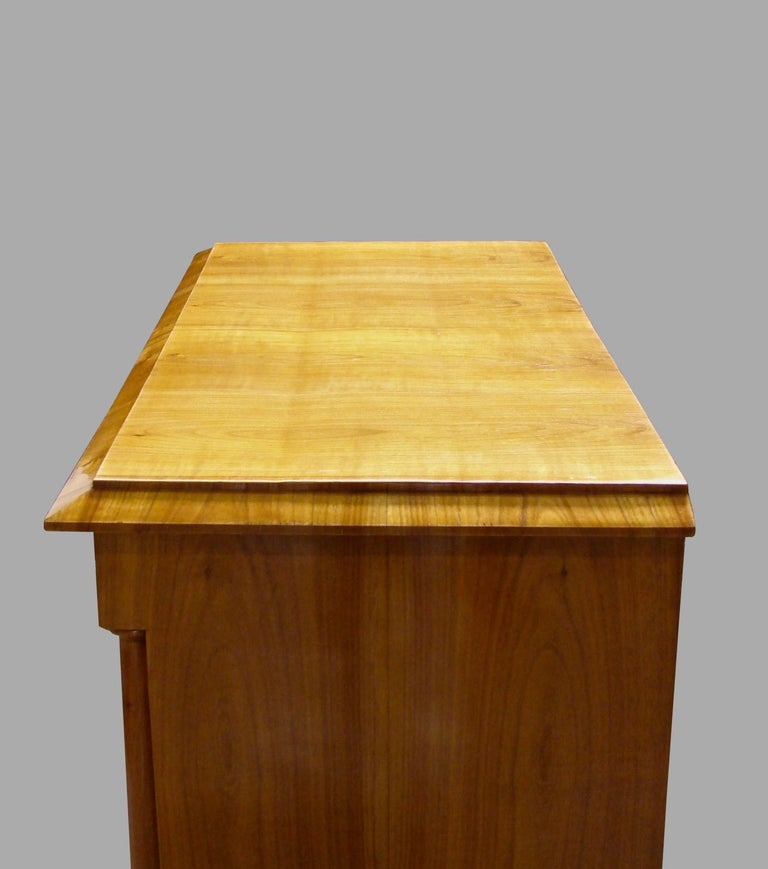 Austrian Biedermeier Fruitwood Three-Drawer Chest with Columnar Details In Good Condition For Sale In San Francisco, CA