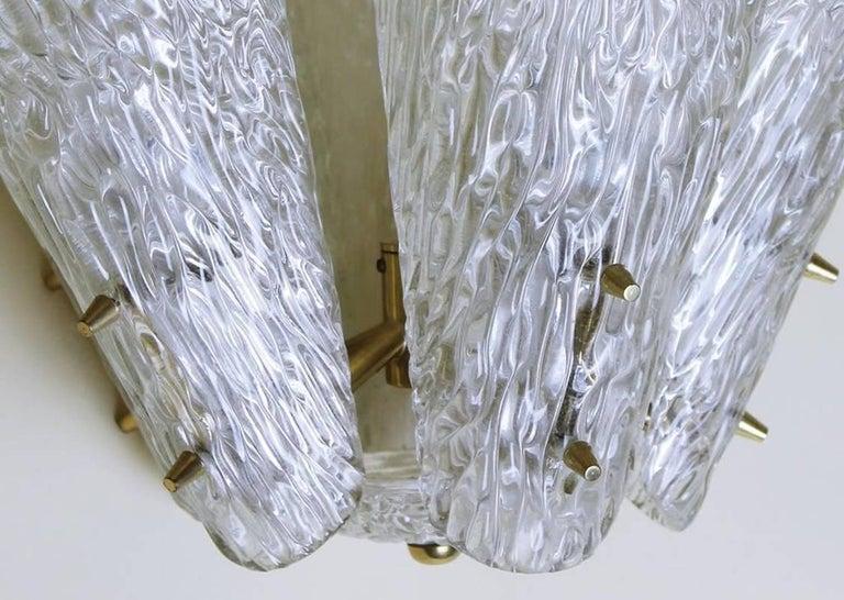 Austrian Brass and Textured Glass Chandelier by J.T. Kalmar for Kalmar, 1950s In Good Condition For Sale In Debrecen-Pallag, HU