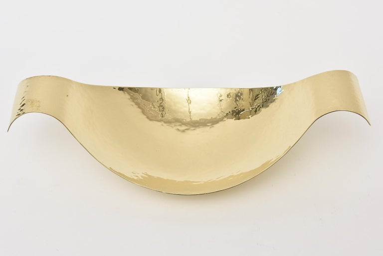 This special and rare Austrian Mid-Century Modern Austrian hand-hammered brass polished bowl is attributed to the glorious work of the Werkstatten Hagenauer. It is not marked but of the period and country and Werkstatte. It is a beautiful sculptural