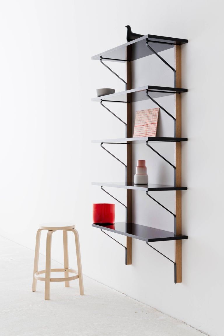 REB 013 Kaari is the perfect solution for small spaces that need to fulfill various purposes. The system by Ronan and Erwan Bouroullec combines shelving with an integrated desk to up functionality to the maximum.  Paris-based brothers Ronan (born