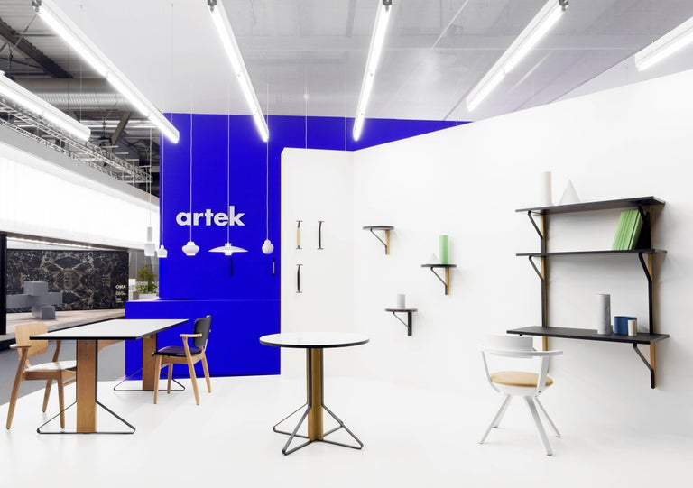 REB 013 Kaari is the perfect solution for small spaces that need to fulfil various purposes. The system by Ronan and Erwan Bouroullec combines shelving with an integrated desk to up functionality to the maximum.  Paris-based brothers Ronan (born