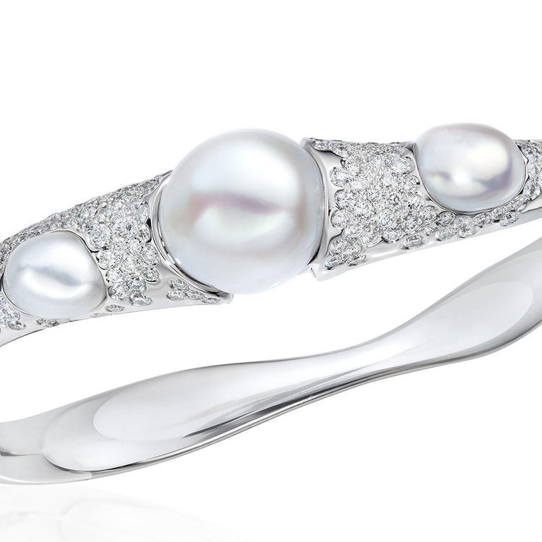 Autore South Sea pearls are one of nature's greatest gifts. Born in the intense blue waters of the South Seas in Australia ,their entrancing luminosity reflects the light of the sun, the glow of the moon and the beauty of the waters that nurture