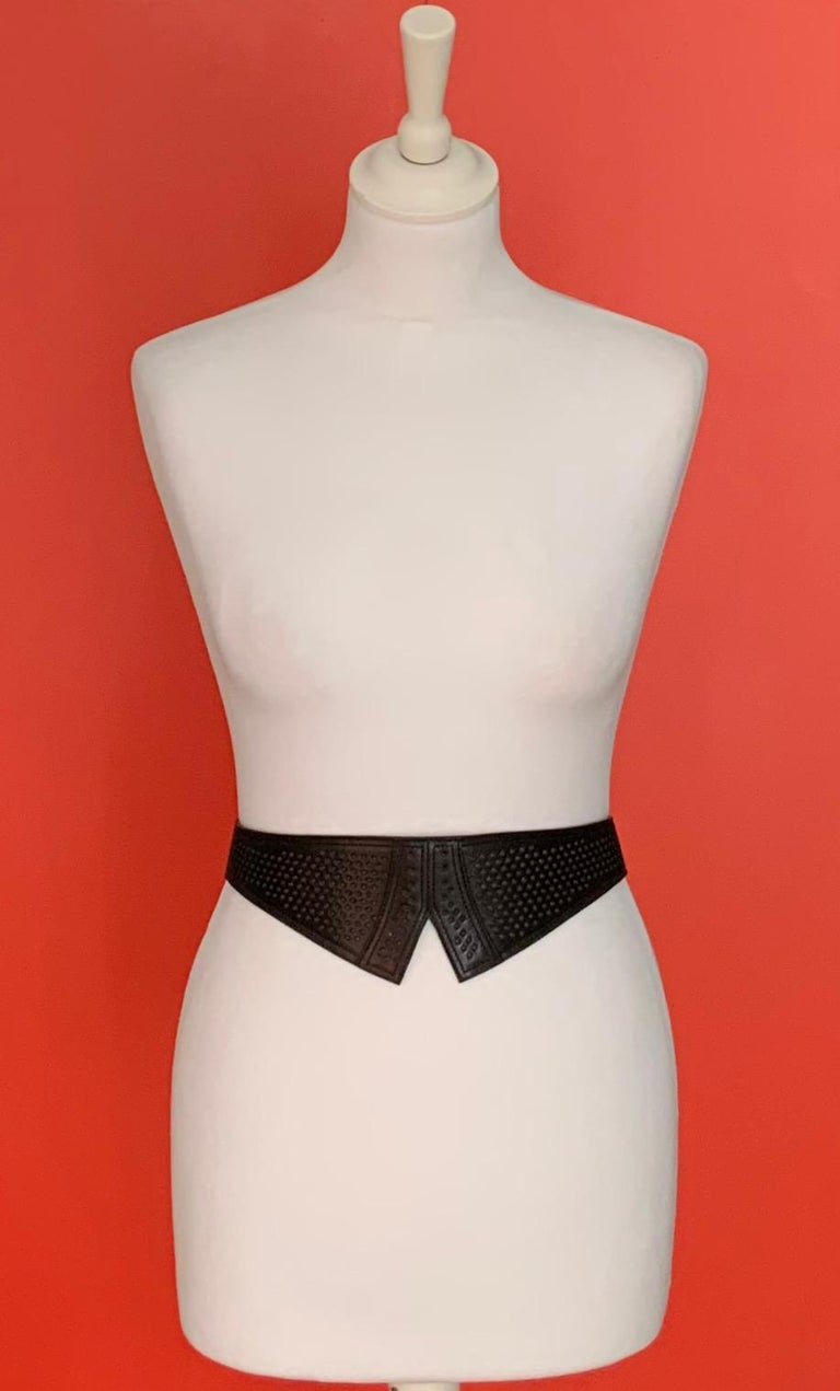 This pre-owned waist belt from Azzedine Alaïa is made with care in a luxurious black leather with laser cut detail. Lined in soft leather, for optimal comfort. With its thin loop strap, it will fit perfectly to your size.  Material: leather Color:
