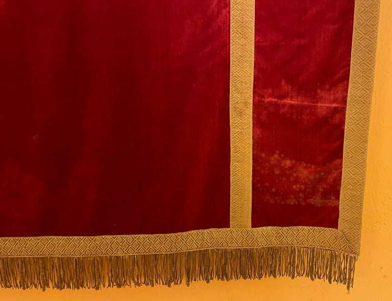 Very beautiful 19th century Italian altar back in red silk velvet, probably Venetian  Very elegant altar back adorned with metal-gold braid and metal-gold fringes on the underside Superb color and very good condition Slight traces of wear.