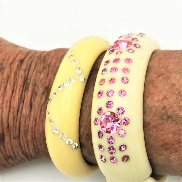 Bakelite bangle set with pink rhinestones 1940 / 50s USA  For Sale 4