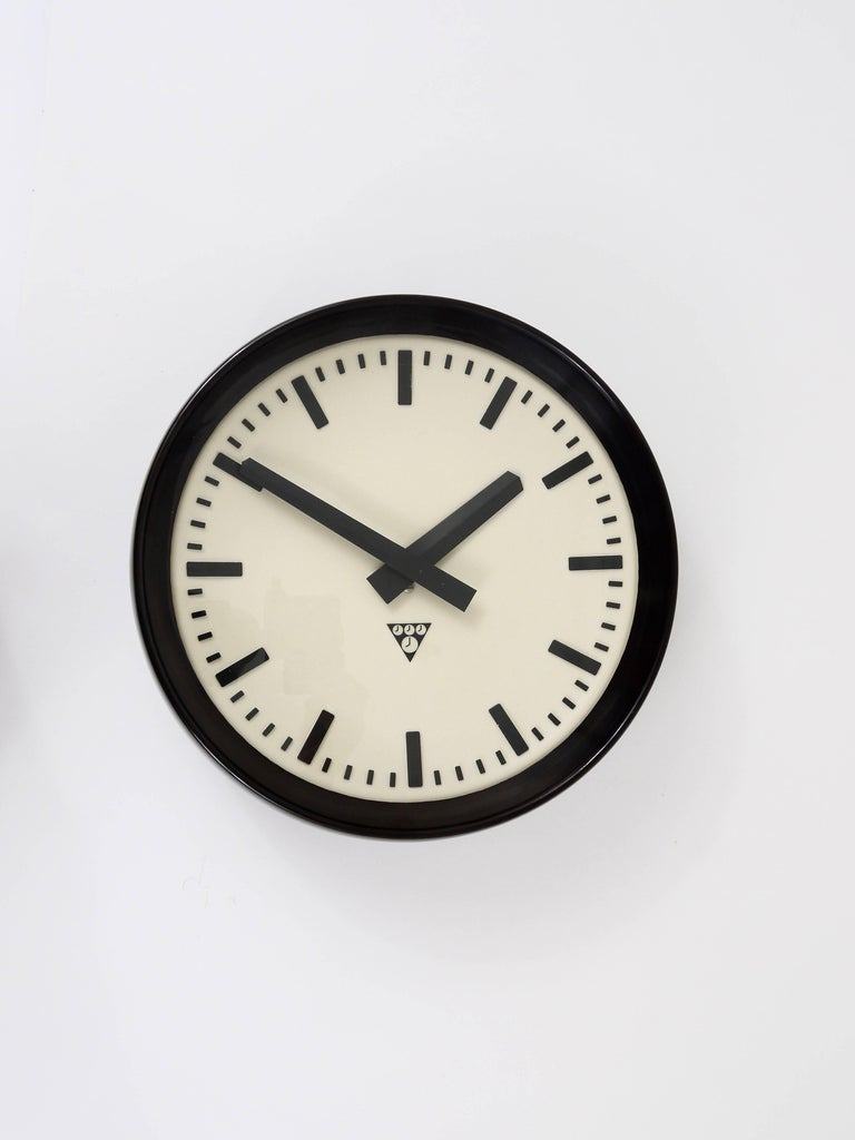 A beautiful loft/industrial wall clock from the 1940s. Very straight design with a chic clocks face, the housing is made of dark brown/black Bakelite. Measures: 13