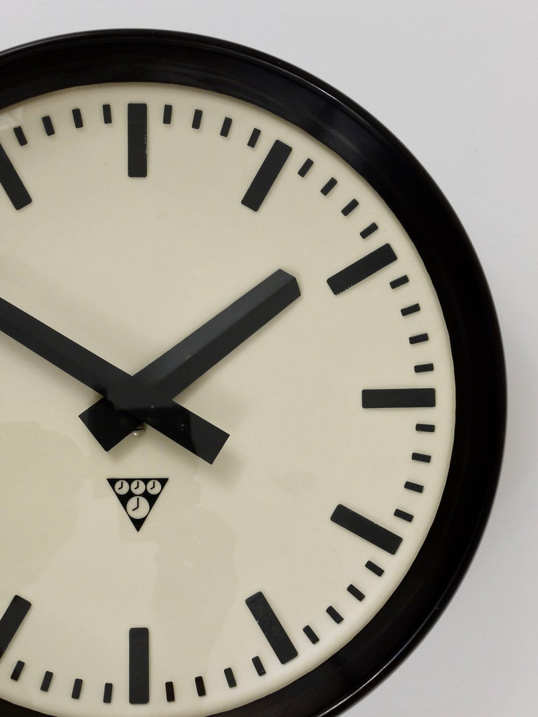 Bakelite Industrial Factory or Train Station Wall Clock from the 1940s In Excellent Condition For Sale In Vienna, AT