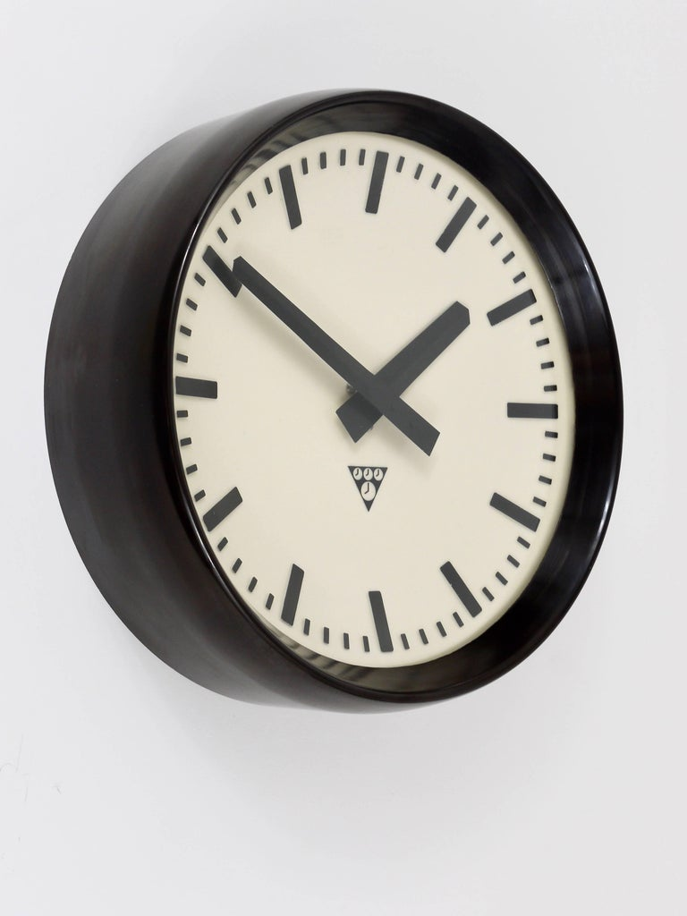 Bakelite Industrial Factory or Train Station Wall Clock from the 1940s For Sale 1