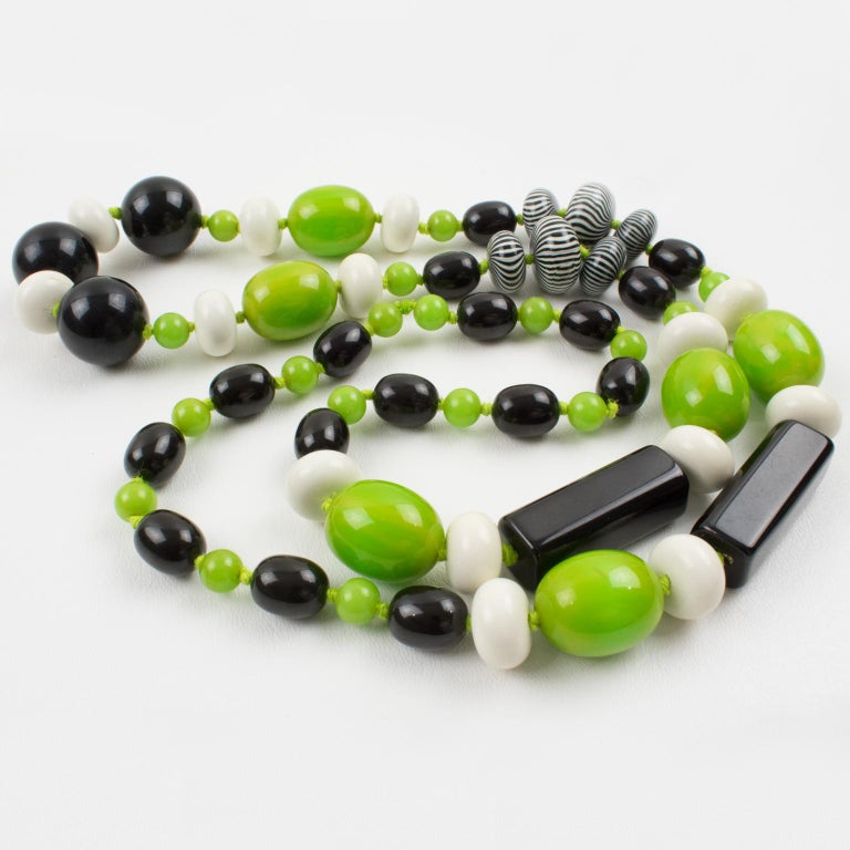Bakelite & Lucite Necklace Extra Long Shape Black-White & Apple Green Beads In Excellent Condition For Sale In Atlanta, GA