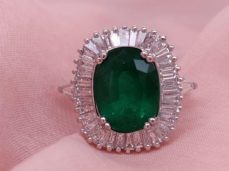 Ballerina Style 4.32 Carat Natural Emerald and Diamonds Engagement Ring In New Condition For Sale In New York, NY