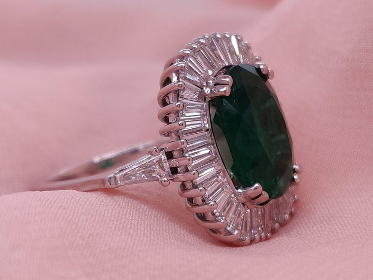 Women's Ballerina Style 4.32 Carat Natural Emerald and Diamonds Engagement Ring For Sale